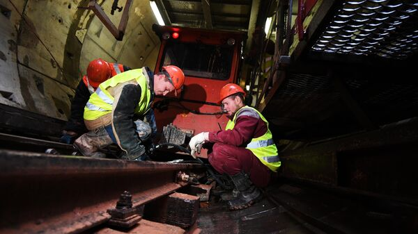 Рабочие в тоннеле строящейся станции метро