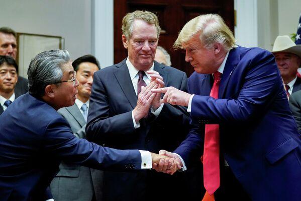 Президент США Дональд Трамп пожимает руку послу Японии в США Шинсукэ Сугияме