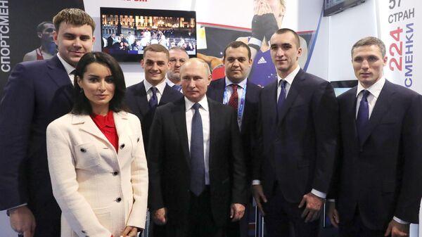 Президент Владимир Путин с участниками выставки Современный спорт. Инновации и перспективы в Нижнем Новгороде