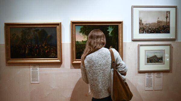 Девушка на выставке Час потехи в Государственном историческом музее в Москве