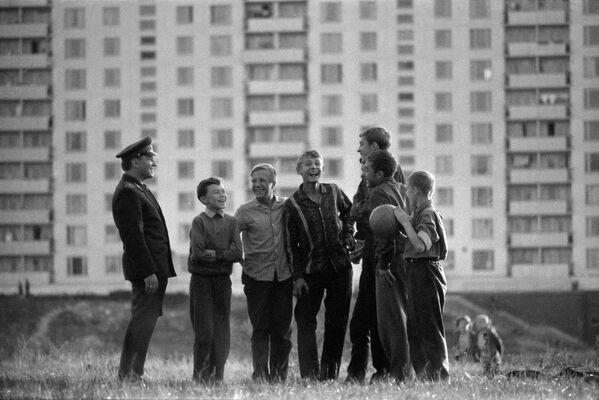 Участковый уполномоченный милиции, младший лейтенант Иван Сизоненко с дворовыми мальчишками