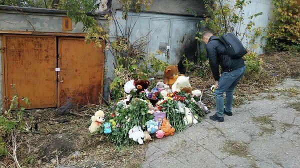 Цветы на месте убийства девочки в Саратове