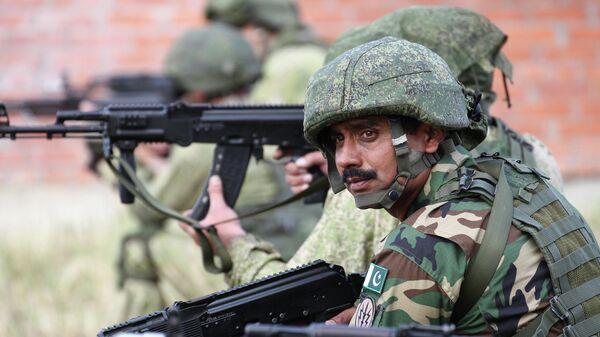 Военнослужащие на этапе совместной учебной контртеррористической операции в условиях населённого пункта во время международных учений Дружба-2019