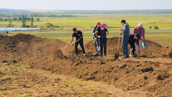 Студенты кафедры Археология и история культуры ДГТУ на археологических раскопках