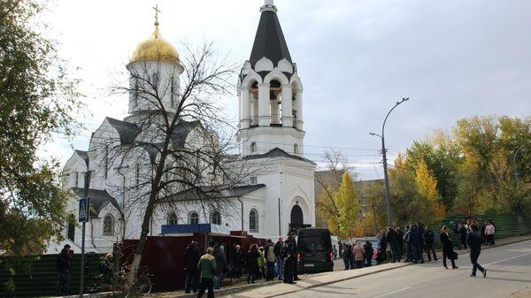 Люди идут в храм Первоверховных апостолов Петра и Павла в Саратове, где проходит отпевание убитой 9-летней Лизы Киселевой