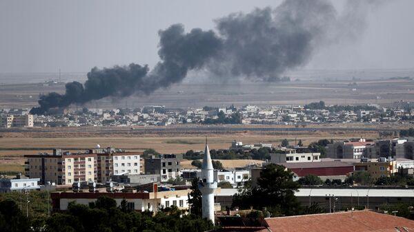 Дым над городом Рас-эль-Айн на северо-востоке Сирии. 13 октября 2019