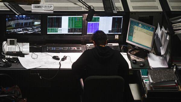 Сотрудник Центра управления полетами во время церемонии отключения аналогового телевещания