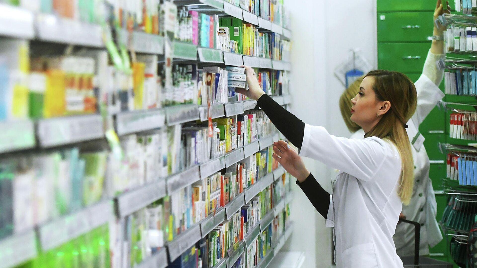 Фармацевт раскладывает лекарственные препараты в аптеке - РИА Новости, 1920, 13.07.2021