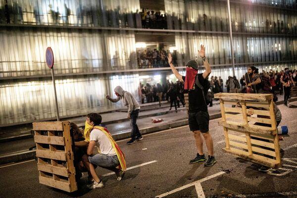 Столкновения протестующих с полицейскими в аэропорту Эль-Прат, Барселона