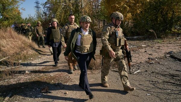 Президент Украины Владимир Зеленский во время визита в Донецкую область