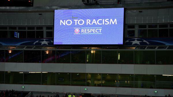 Табло с призывом УЕФА Нет расизму
