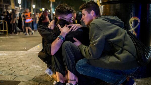 Участники акции протеста помогают пострадавшему на одной из улиц Барселоны. 15 октября 2019