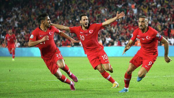 Нападающий сборной Турции Дженк Тосун (по центру)