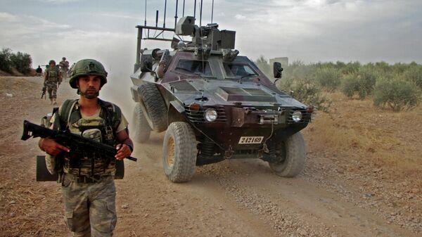 Турецкие военные в сирийском городе Тухар к северу от Манбиджа