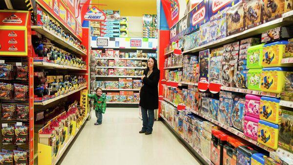 Мама с сыном в магазине игрушек