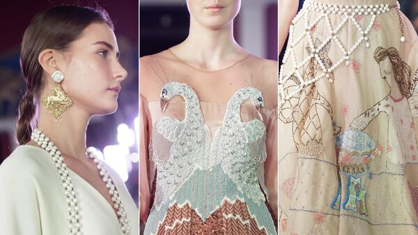Модели демонстрируют одежду из новой коллекции Alena Akhmadullina в рамках Mercedes-Benz Fashion Week Russia в Государственном музее изобразительных искусств имени А. С. Пушкина в Москве