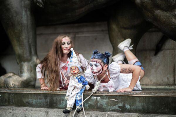 Участницы Зомби-моба в Париже