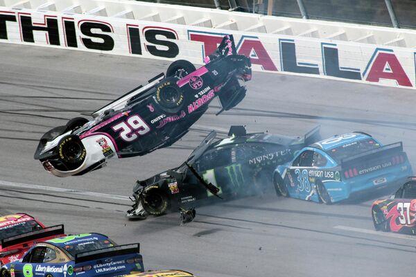Авария на гонках NASCAR Cup Series в Талладеге