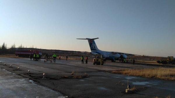 Пассажирский самолет Ан-148 авиакомпании Ангара, выкатившийся за пределы взлетно-посадочной полосы в аэропорту города Мирный в Якутии