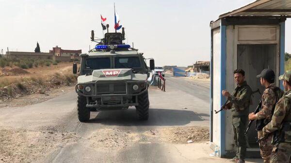 Патруль военной полиции РФ в районе Манбиджа на северо-востоке Сирии
