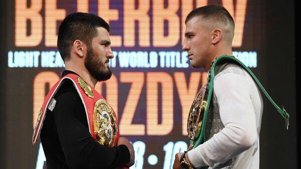 Слева направо: боксеры Артур Бетербиев (Россия) и Александр Гвоздик (Украина)