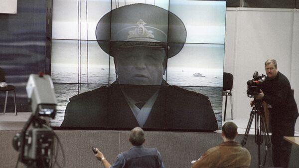 Журналисты задают вопросы вице-адмиралу Михаилу Моцаку