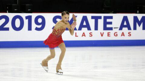 Анна Щербакова (Россия) во время выступления на первом этапе Гран-при Skate America в Лас-Вегасе (США)
