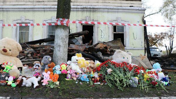 Люди несут цветы и игрушки к дому под Ярославлем, где при пожаре погибли 7 человек