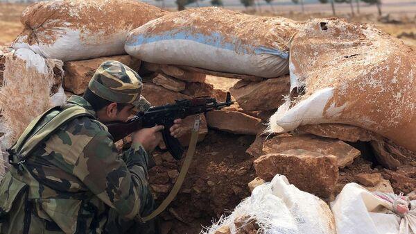 Сирийский военный на линии обороны на северо-западе района Манбидж в Сирии