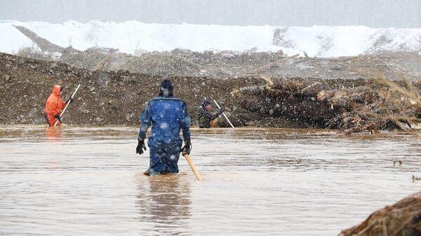 Сотрудники МЧС ведут поисково-спасательные работы на месте прорыва технологической дамбы на реке Сейба в Курагинском районе Красноярского края
