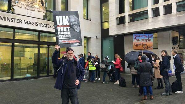 Сторонники Джулиана Ассанжа у Вестминстерского мирового суда в Лондоне