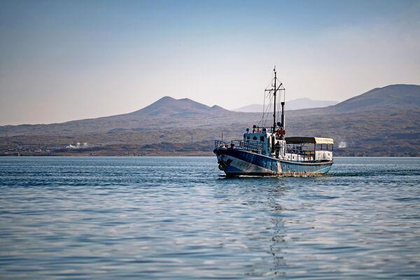 Лодка на озере Севан в Армении