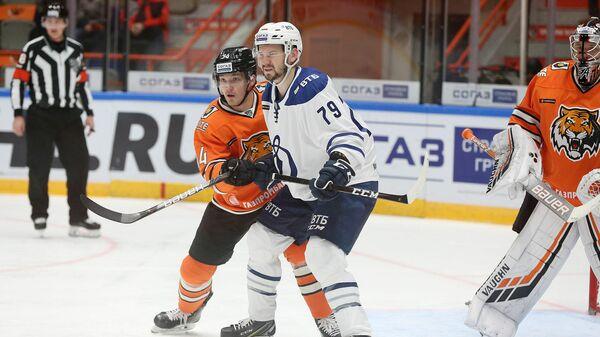 Игрок ХК Динамо (Москва) Даниил Тарасов (по центру) в матче КХЛ против ХК Амур