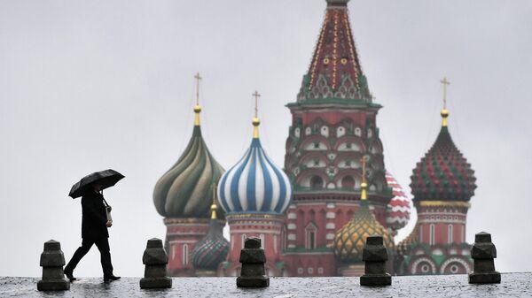 Прохожий во время дождя на Красной площади