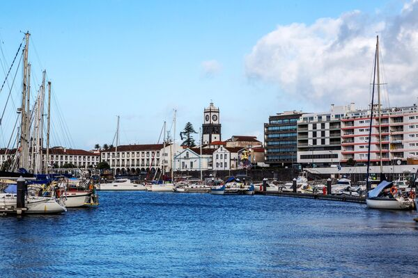 Порт города Понта-Делгада на острове Сан-Мигел в Португалии. Сан-Мигел - самый большой остров в составе португальского архипелага Азорские острова