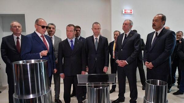 Дмитрий Медведев во время посещения научно-технического центра ПАО Трубная металлургическая компания и АО Группа Синара в инновационном центре Сколково.