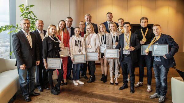 Председатель правления банка ВТБ Андрей Костин и российские гимнасты