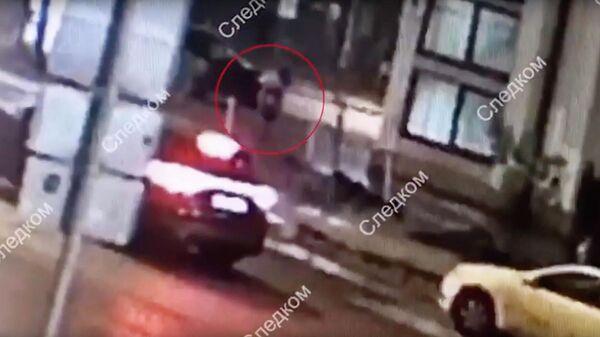 Стоп-кадр записи камеры видеонаблюдения, на которой мужчина оставляет ребенка на улице в центре Москвы