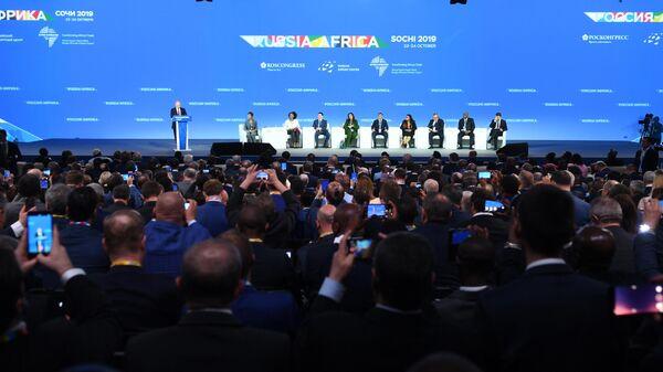 Президент РФ Владимир Путин выступает на пленарном заседании экономического форума Россия - Африка в Сочи. 23 октября 2019
