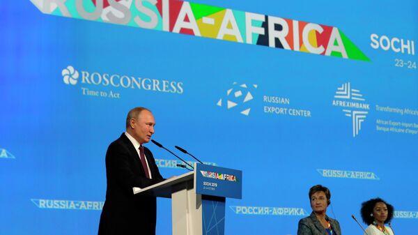 Владимир Путин выступает на пленарном заседании форума Россия - Африка в Сочи