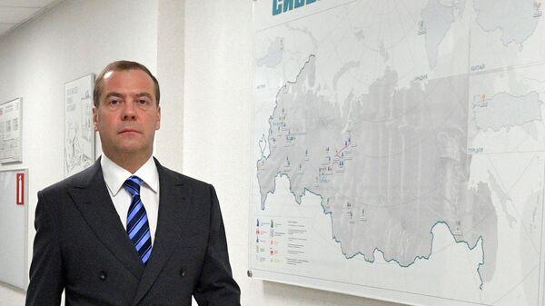 Дмитрий Медведев во время посещения ПАО Сибур Холдинг