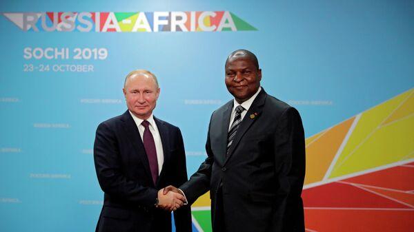 Президент РФ Владимир Путин и президент Центральноафриканской Республики Фостен Арканж Туадера во время встречи на полях саммита Россия - Африка