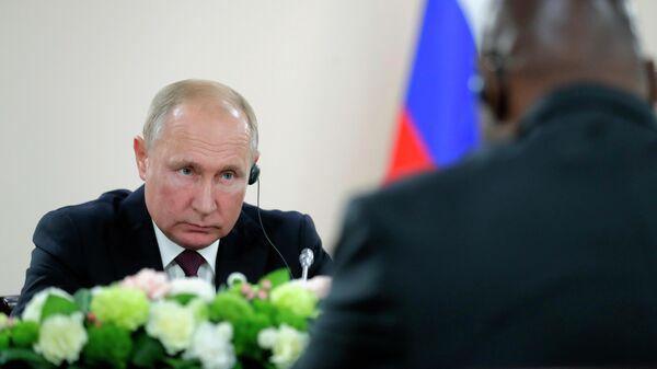 Президент РФ Владимир Путин во время встречи с президентом Центральноафриканской Республики Фостеном Арканжем Туадерой. 23 октября 2019