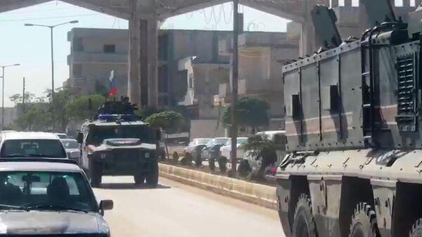 Колонна российских военных полицейских в сирийском городе Кобани на границе с Турцией. Стоп-кадр видео