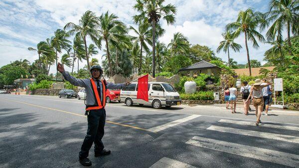 Регулировщик на одной из улиц Таиланда