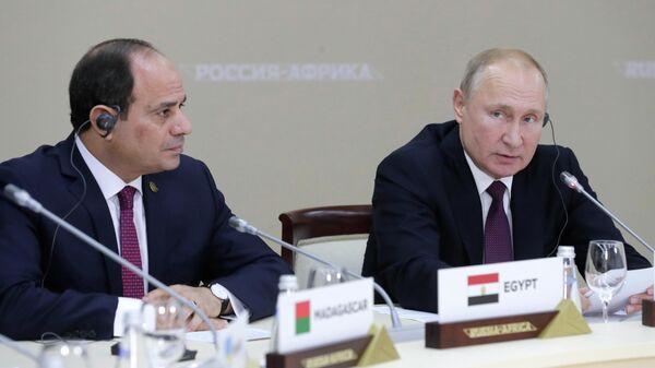 Президент РФ Владимир Путин и президент Арабской республики Египет Абдель Фаттах ас-Сиси на полях саммита Россия - Африка