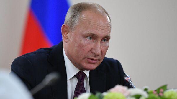 Президент РФ Владимир Путин во время встречи с председателем Верховного Совета Республики Судан Абдельфаттахом Бурханом на полях саммита Россия - Африка