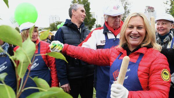Супруга бывшего мэра Москвы Юрия Лужкова предприниматель Елена Батурина на субботнике в музее-заповеднике Коломенское