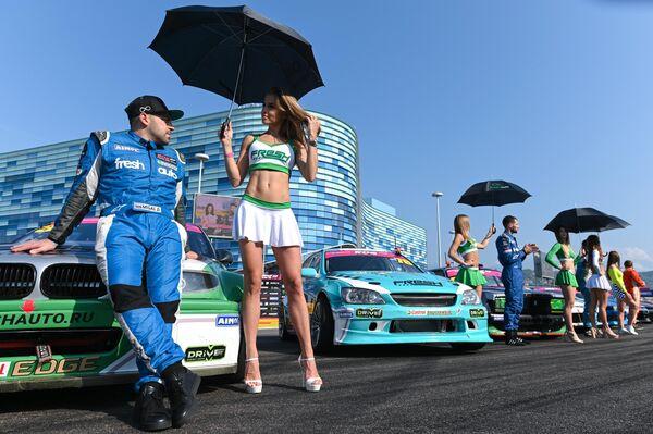 Денис Мигаль на параде пилотов перед началом соревнований по дрифту финального этапа 10-го юбилейного сезона Российской дрифт серии Гран-при в Сочи