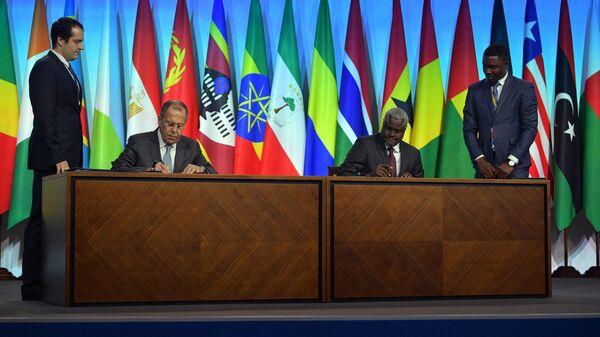 Министр иностранных дел РФ Сергей Лавров и председатель Комиссии Африканского союза Муса Факи Махамат на церемонии подписания Меморандума между правительством РФ и Африканским союзом